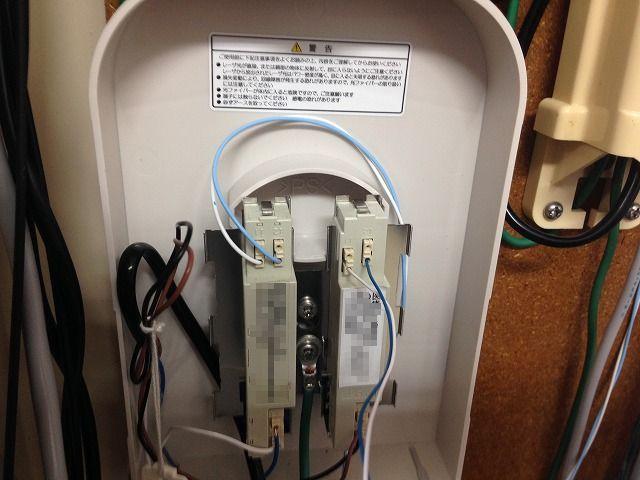 ISDNの終端装置内部、配線の写真。