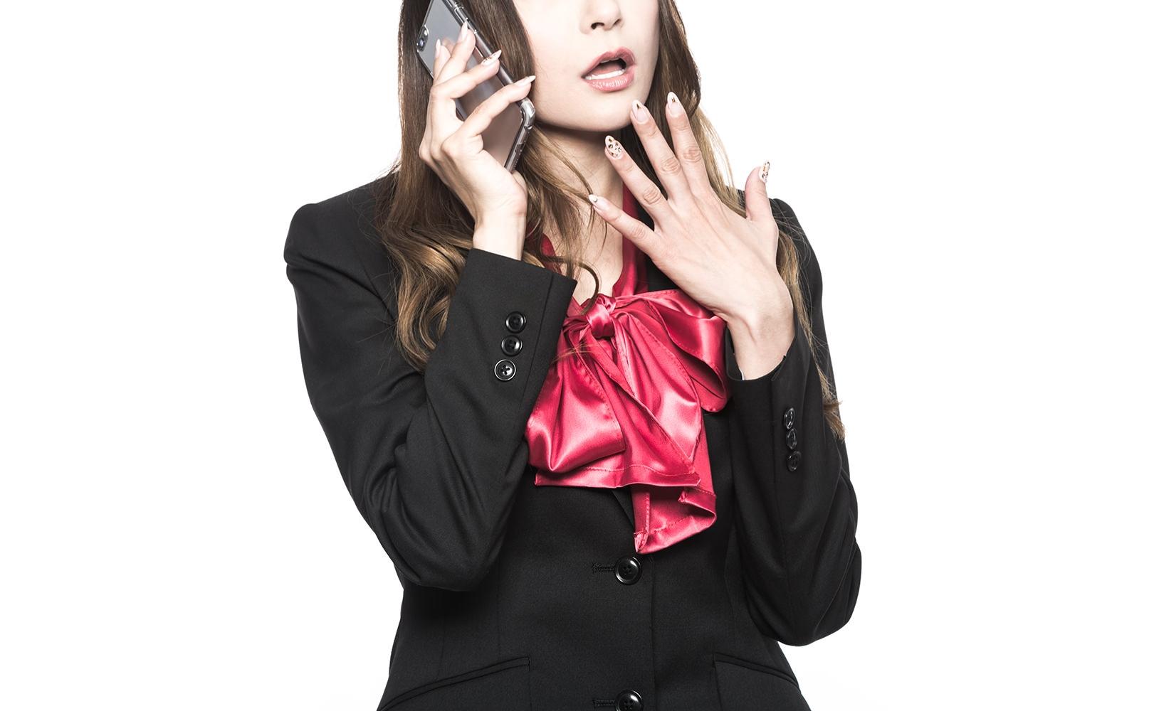 スマートフォンで通話している女性の写真