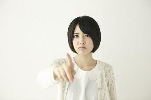 緊張した顔の女性の写真。