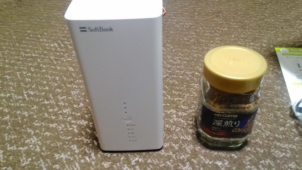ソフトバンクAirのサイズをインスタントコーヒーの瓶と比較