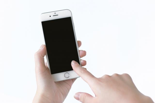 スマートフォンを操作しようとしている画像