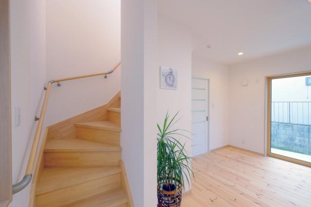 二階へと続く室内の写真