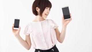 スマートフォンを手にする女性。
