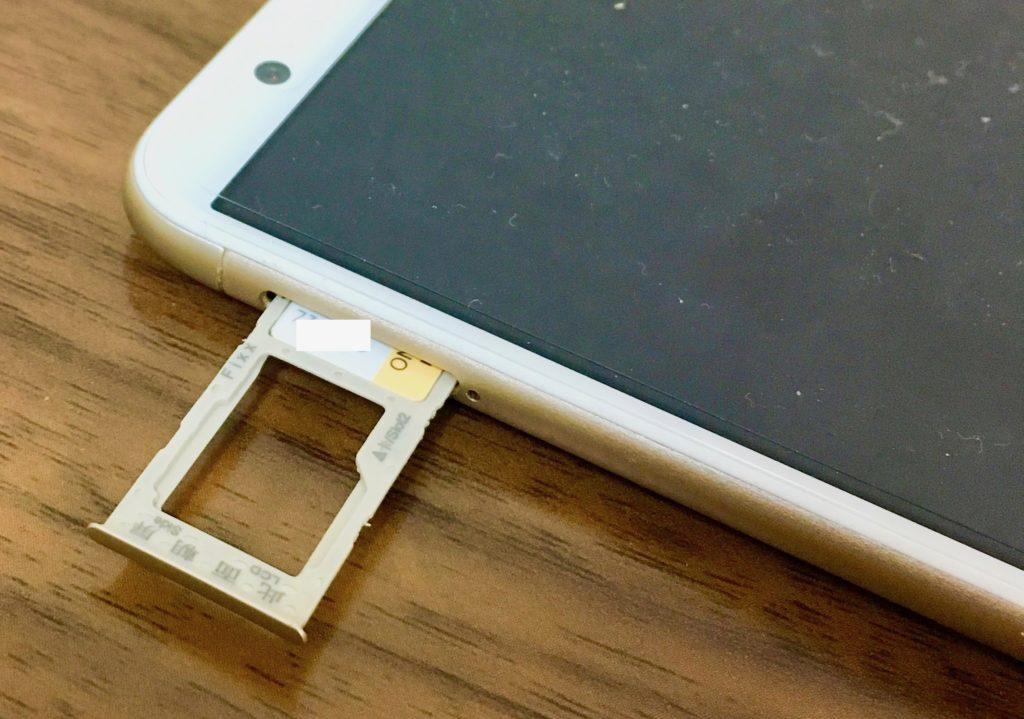 ビッグローブモバイルAタイプのSIMをiPhone8に入れようとしている写真